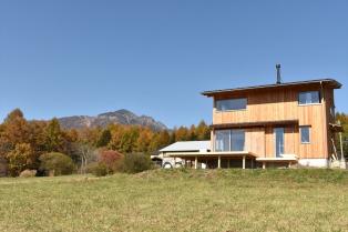 草原に建つ家